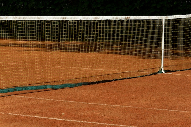 Fragmento de una cancha de tenis de tierra batida al aire libre. cuadrícula y líneas de marcado visibles