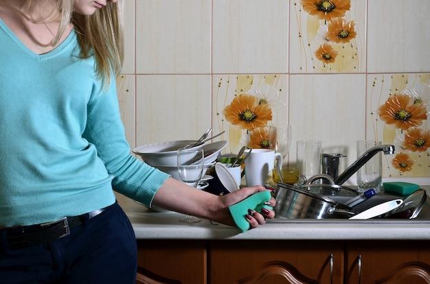Fragmento del cuerpo femenino en el mostrador de la cocina.