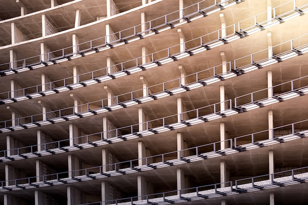 Fragmento de estacionamiento de varios niveles sin terminar, edificio residencial o propiedad comercial