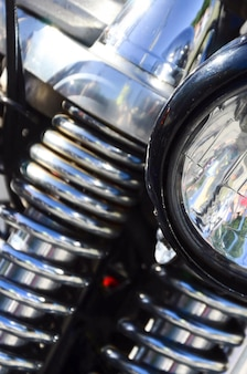 Fragmento de lámpara cromada brillante de moto clásica antigua