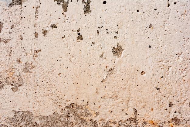 Fragmento de pared con rasguños y grietas.