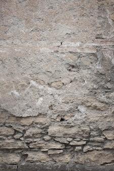 Fragmento de vieja textura sucia con pintura desconchada y grietas o muro de hormigón gris y superficie de cemento