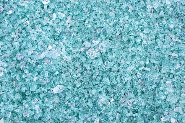 Fragmentos de cristal azul. fragmentos pequeños y afilados de cristales rotos. el cullet para la creación de vidrio nuevo está listo para ser fundido. muchas partículas de vidrio roto. reciclaje de basura. ecología, basura