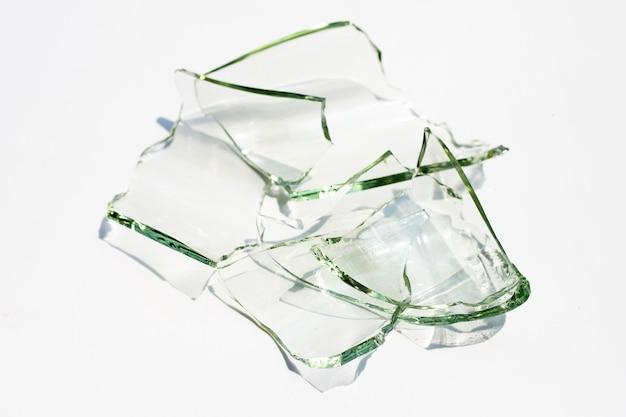 Fragmentos de vidrio aislados sobre fondo blanco.