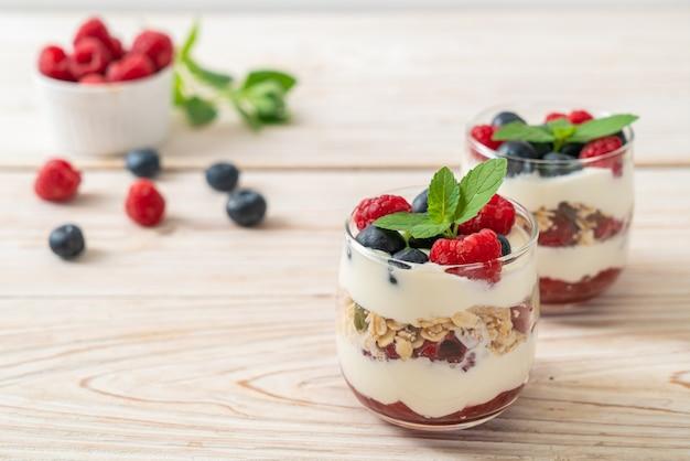 Frambuesa y arándano casero con yogur y granola - estilo de comida saludable
