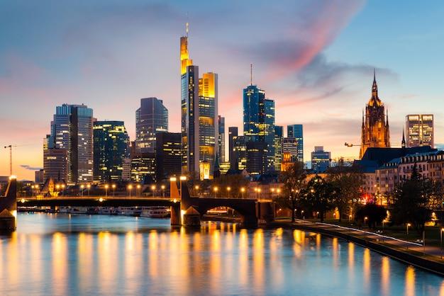 Fráncfort del meno, horizonte urbano con rascacielos construyendo en la noche en frankfurt, alemania