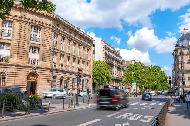 Francia. calle en el centro de parís con mucho tráfico. día soleado de verano