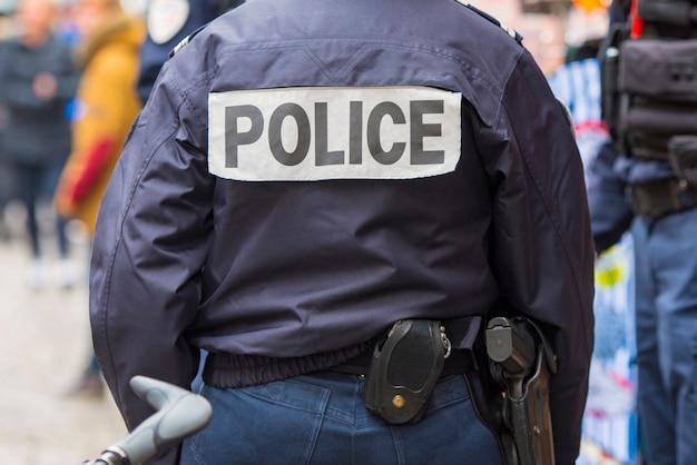 Francia, detrás del oficial de policía en parís