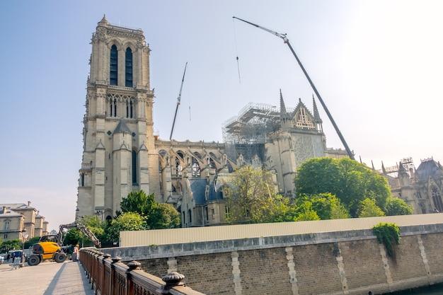Francia. día soleado de verano en parís. grúas y otros equipos de construcción para reparar notre dame después del incendio de 2019