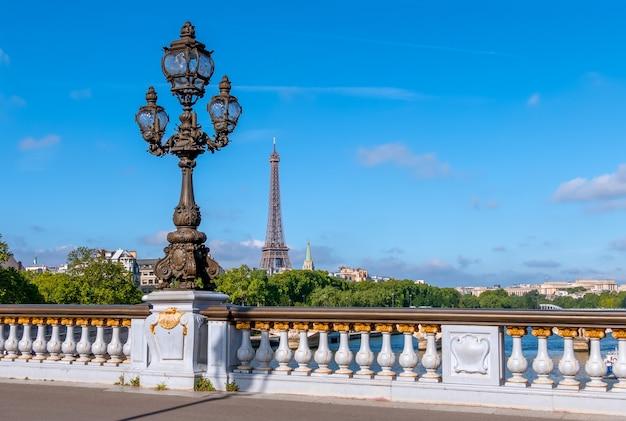 Francia. parís. día soleado de verano. linterna en el puente alexandre iii sobre el río sena