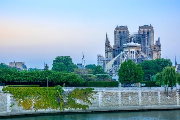 Francia. a principios de la mañana de verano en el terraplén del río sena y la renovación de notre dame después del incendio de 2019