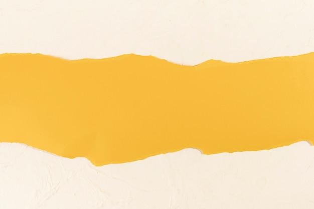 Franja amarilla sobre un fondo rosa pálido