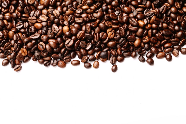 Franja de granos de café aislado en blanco