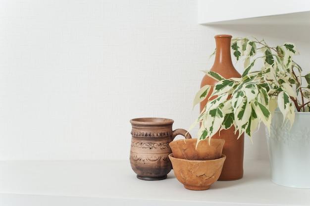 Frasco de barro hecho a mano, cuencos y taza.