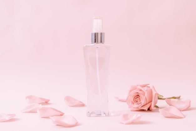 Frasco de perfume con pétalo de rosa