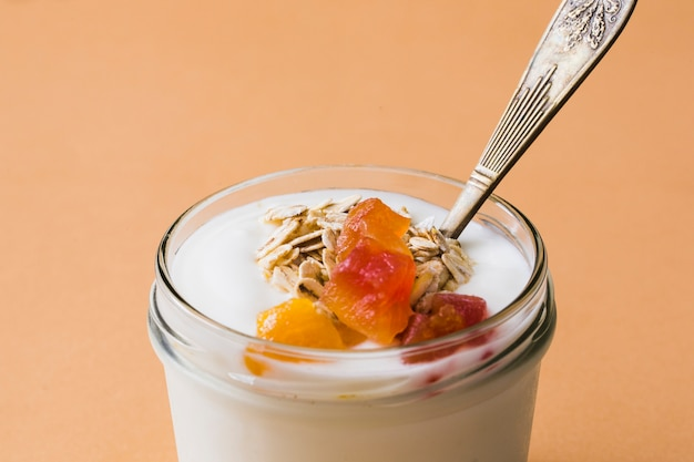 Frasco de vidrio de avena fresca, frutas y yogurt