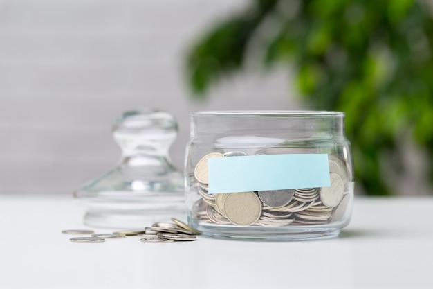 Frasco de vidrio con monedas