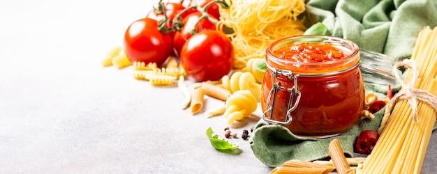 Frasco de vidrio con salsa de pizza o pasta picante clásica hecha en casa.