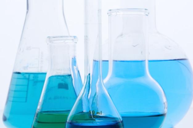 Frascos llenos en un laboratorio químico