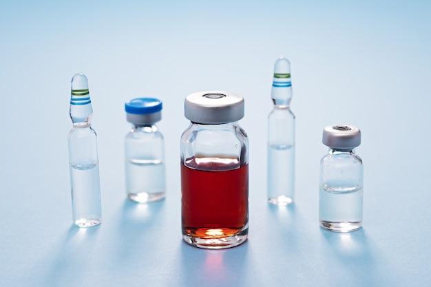 Frascos de medicamentos y vacunas