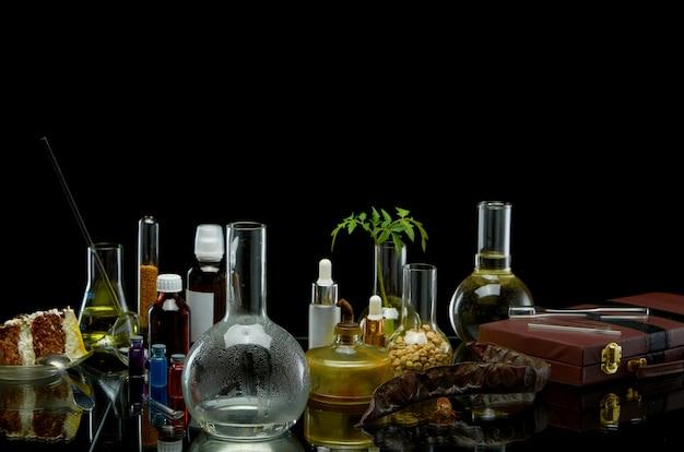 Frascos médicos con reactivos y una planta con una maleta de cuero.