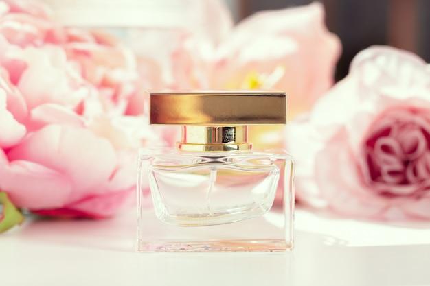 Frascos de perfume con flores.