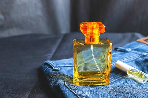 Frascos de perfume y fragancias en bolsas de jeans.