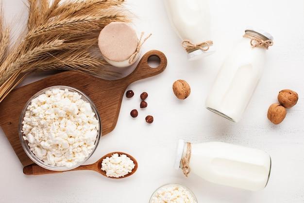 Frascos rellenos con leche y rueda de queso.