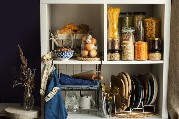 Frascos de vidrio con comida. concepto de comida. estantes en la cocina. productos en los estantes.