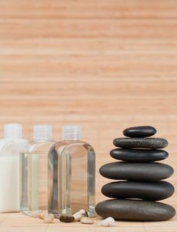 Frascos de vidrio con piedras y una pila de piedras negras