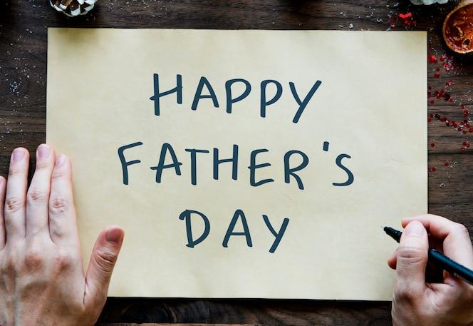 Frase feliz del día del padre en un papel amarillo