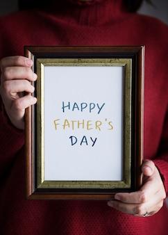 Frase feliz del día del padre en un marco