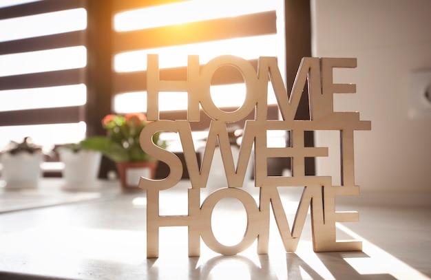 Frase hogar, dulce hogar de madera en el fondo de la cocina de la nueva casa