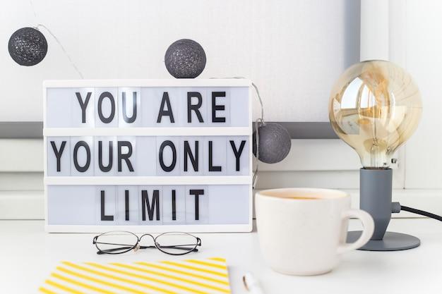Frase motivacional en el escritorio para el éxito