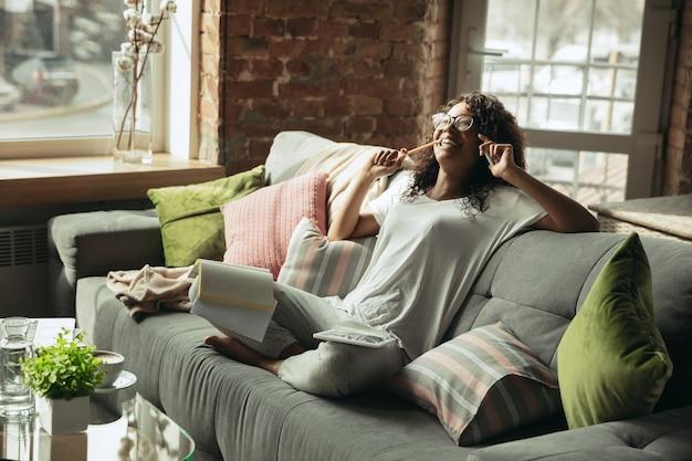 Freelancer afroamericana durante el trabajo en la oficina en casa mientras está en cuarentena Foto gratis
