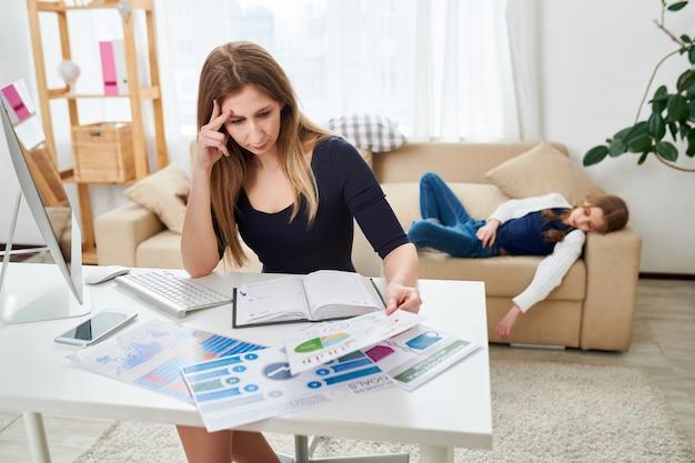 Freelancer atractivo concentrado en el trabajo
