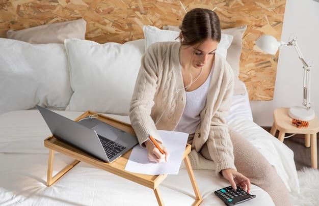 Freelancer medio con calculadora