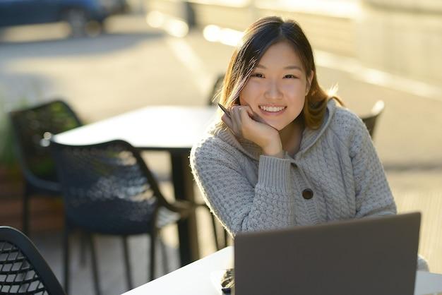 Freelancer trabajando al aire libre