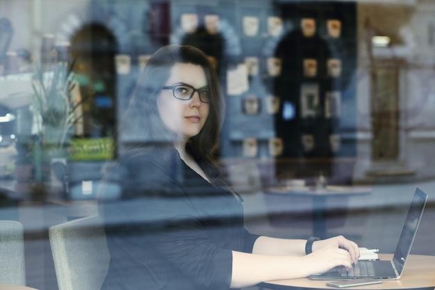 Freelancer trabajando en laptop