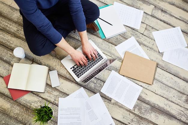 Freelancer trabajando en el piso