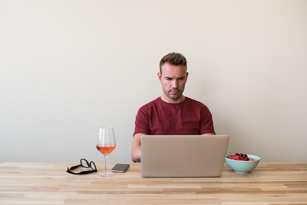 Freelancer usando laptop en casa