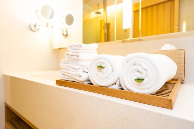 Fregadero blanco y grifo de grifo de baño con decoración en baño.