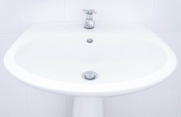 Fregadero blanco, lavabo en el baño