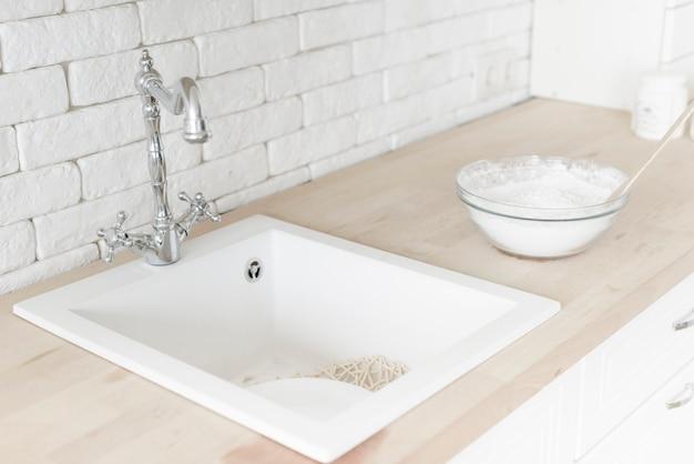 Fregadero moderno del cuarto de baño del primer