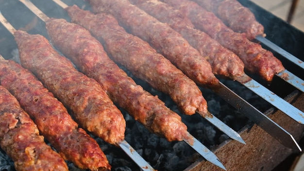 Freír lula kebab en brochetas. enfoque selectivo. comida.