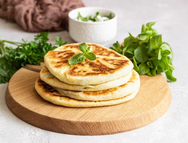 Freír pan plano relleno de hierbas y queso