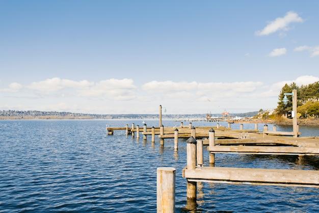 Frente al lago washington en tiempo despejado