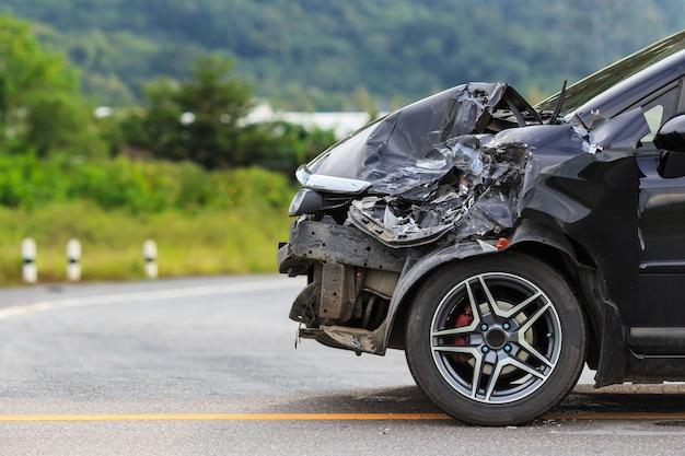 Frente de coche negro se daña por accidente en la carretera