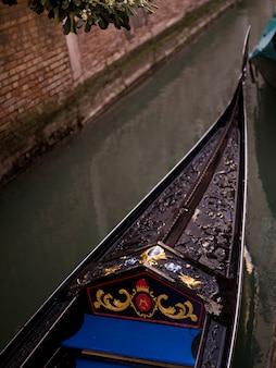Frente de la góndola en venecia