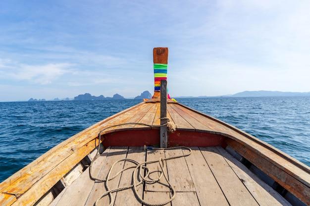 Frente de la navegación de madera del barco en el mar de krabi tailandia meridional.